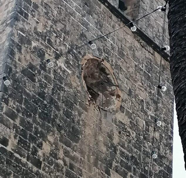 Imatge: Rellotge de el campanar enderrocat pel vent