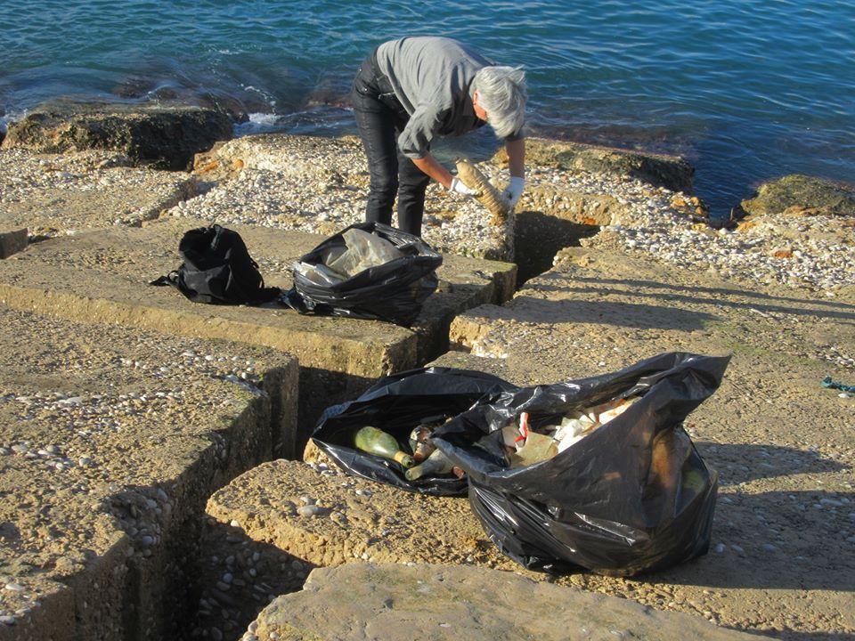 Overblijfselen van de storm op de pier van de haven van Xàbia