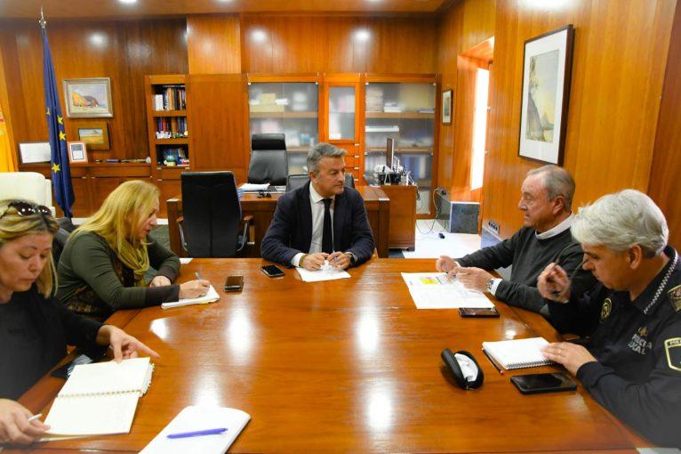 Rencontre du maire avec les responsables de la sécurité et les conseillers pour coordonner la situation d'urgence