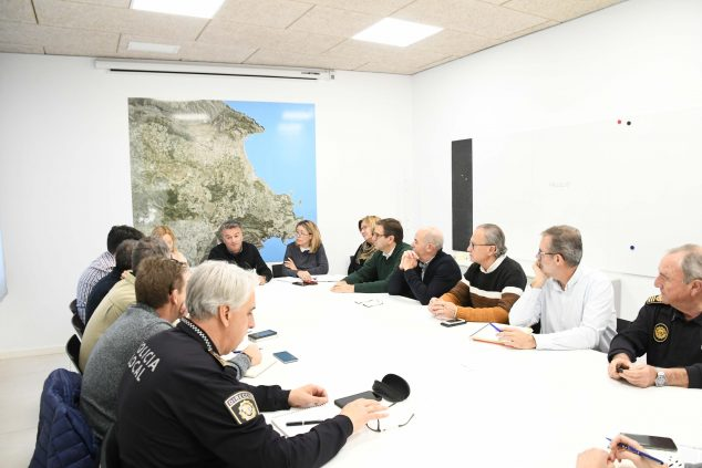 Image: Coordination meeting during the storm