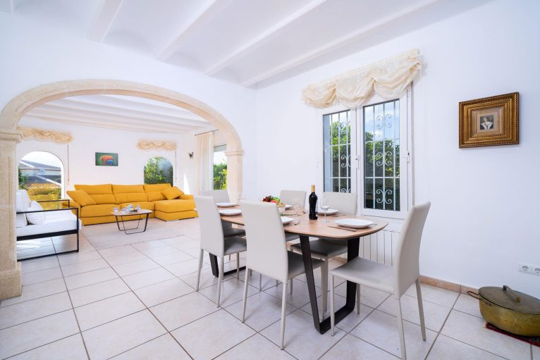 Salón comedor en una casa de vacaciones en Jávea - Aguila Rent a Villa