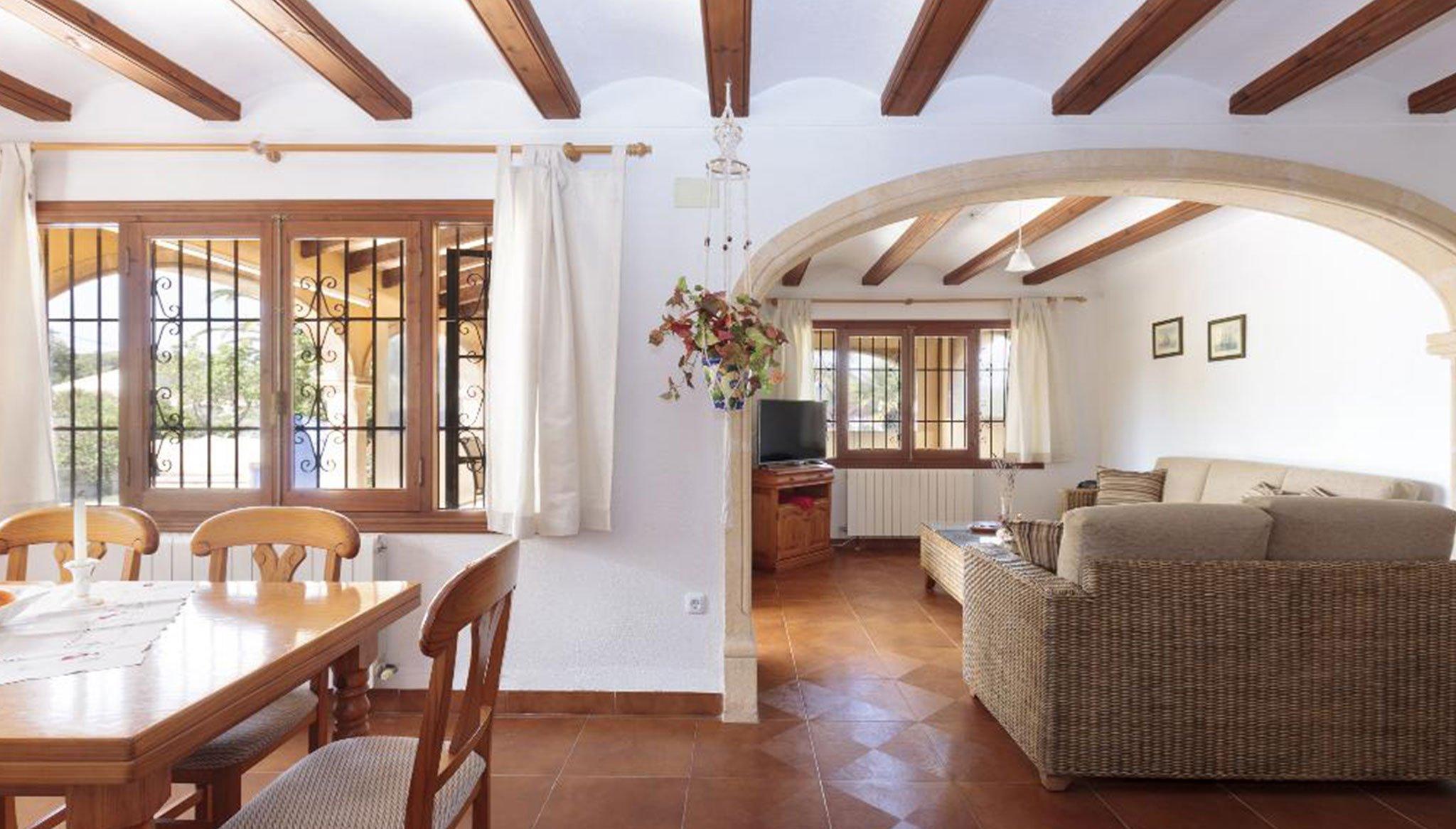 Salón y comedor de una villa de alquiler para vacaciones – Quality Rent a Villa