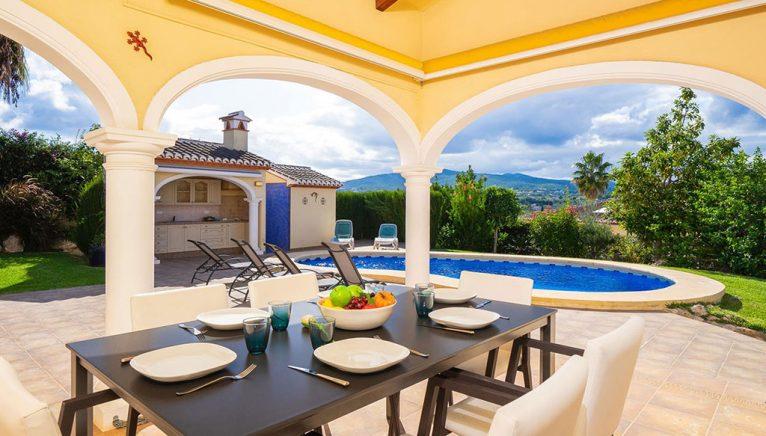 Terraza cubierta en una casa de vacaciones en Jávea - Aguila Rent a Villa