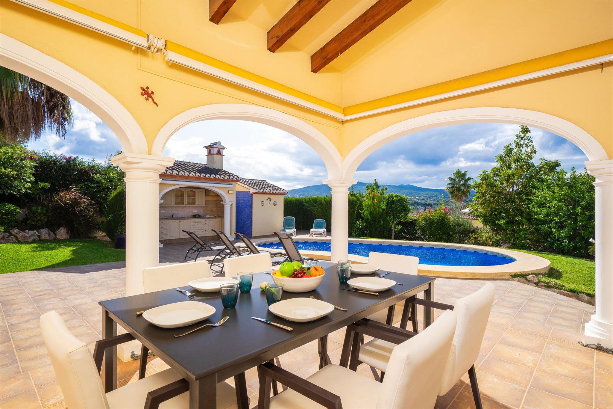 Comedor exterior al lado de la piscina – Aguila Rent a Villa