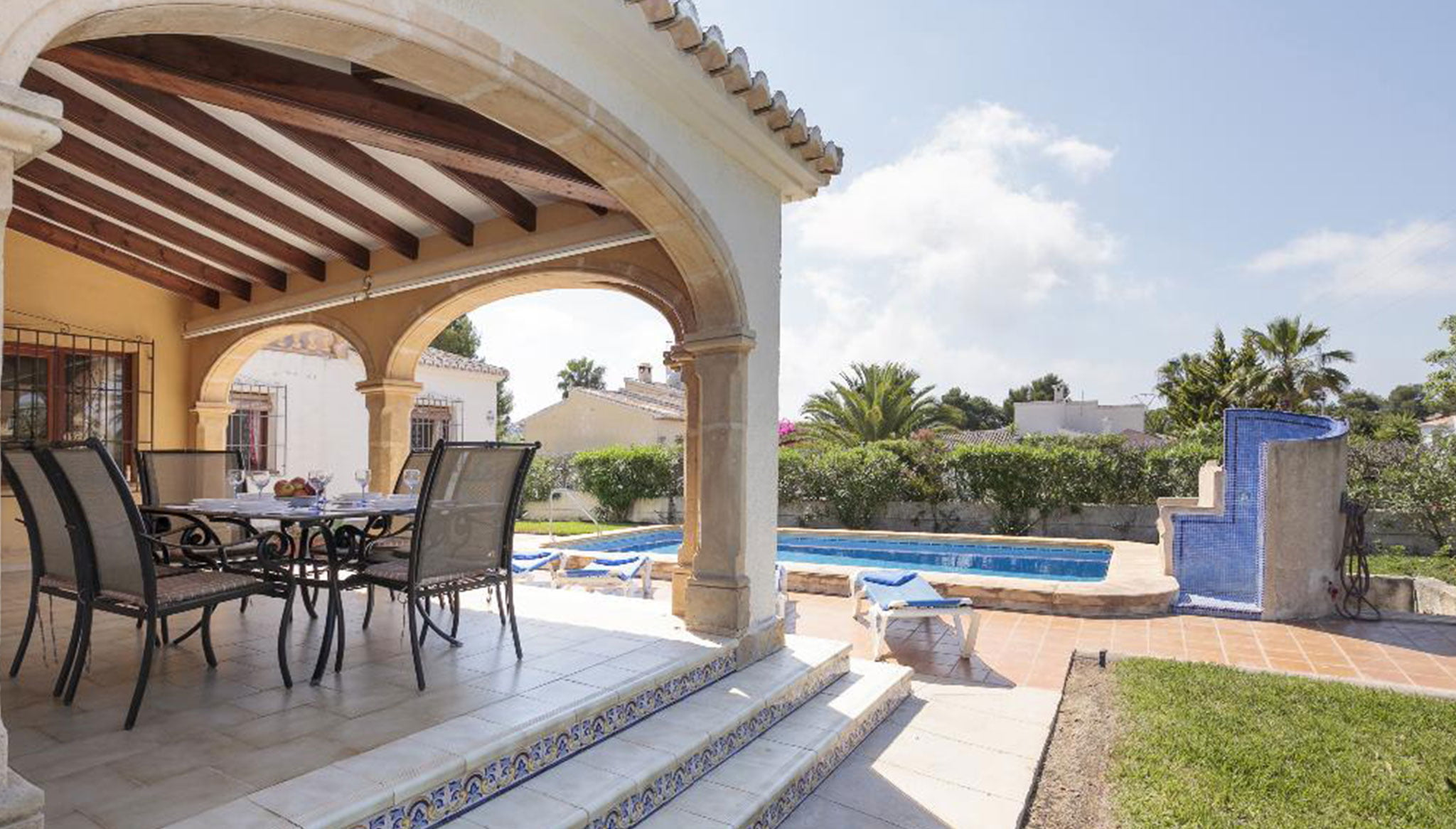 Terraza cubierta en un chalet en Jávea – Quality Rent a Villa