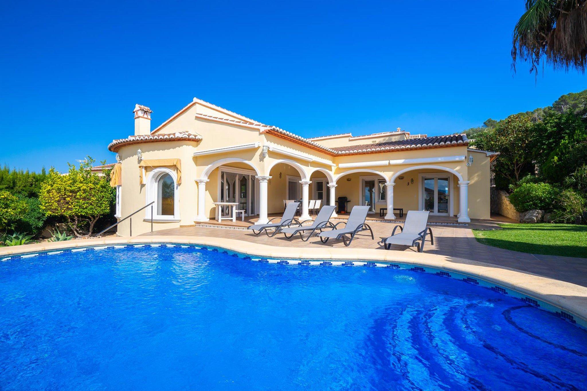 Tumbonas en una casa de vacaciones en Jávea – Aguila Rent a Villa