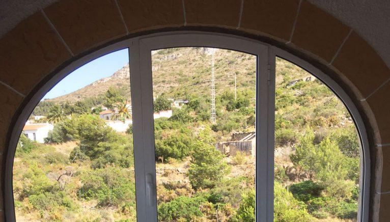 Fenêtre courbée sous une arche - Alucardona Pvc y Aluminios, SL