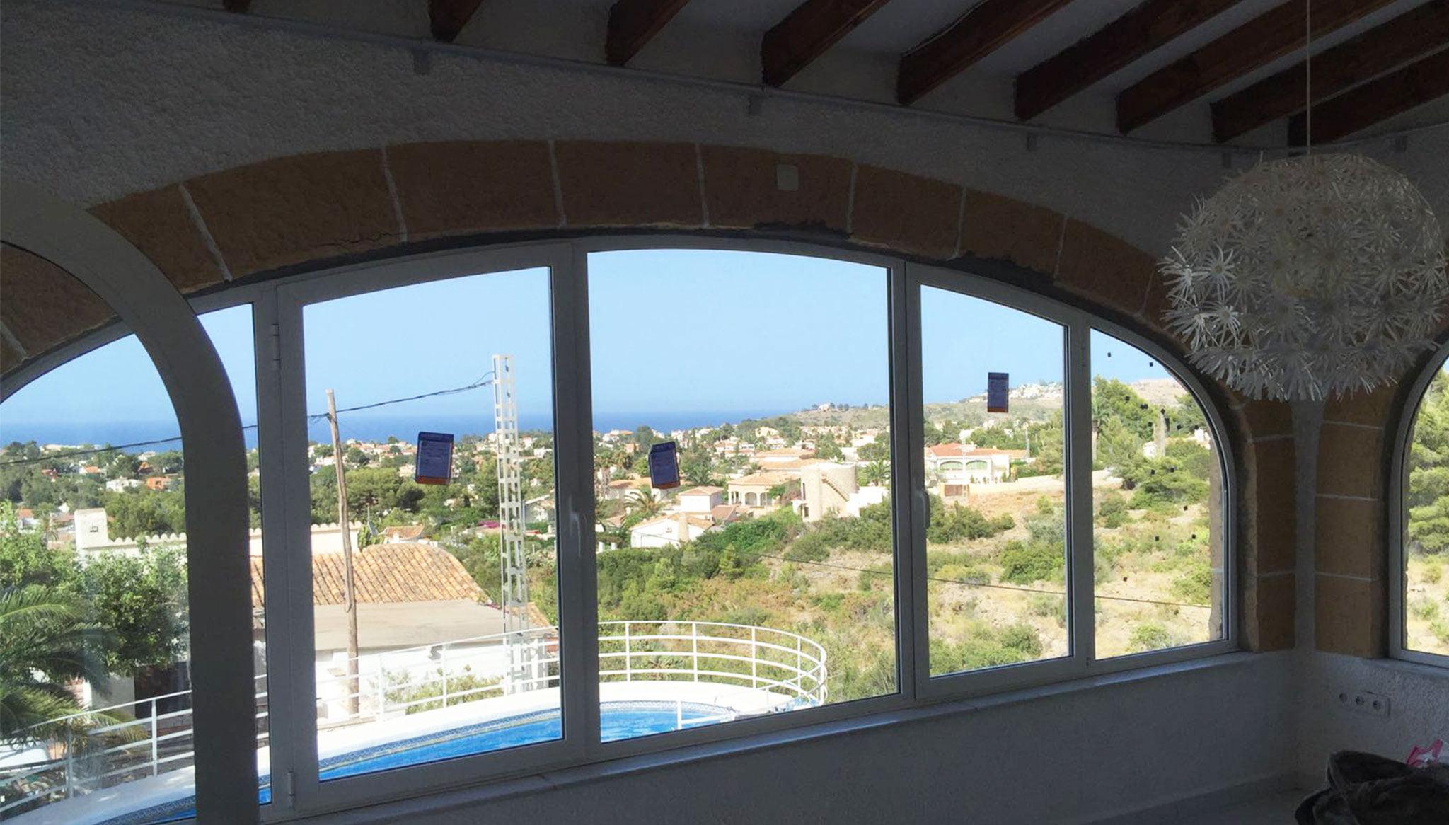 Fenêtre incurvée ajustée à une arche - Alucardona Pvc y Aluminios, SL