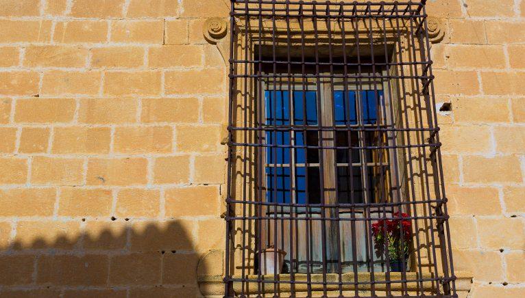 Détail d'une fenêtre dans l'église de San Bartolomé de Jávea