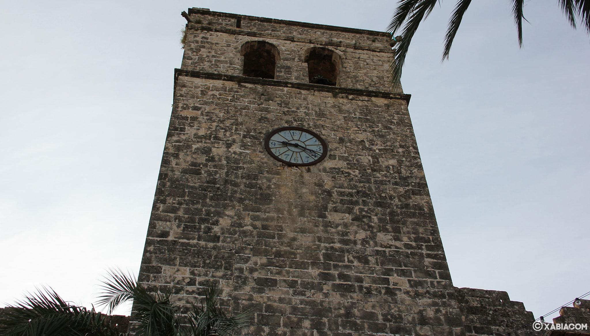 Vista desde abajo del campanario de la Iglesia Fortaleza de San Bartolomé