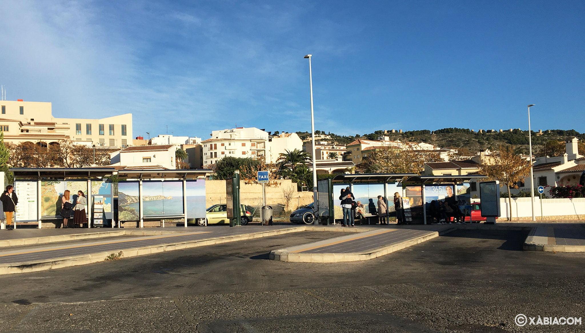 Vista de los andenes de la estación de autobuses de Jávea