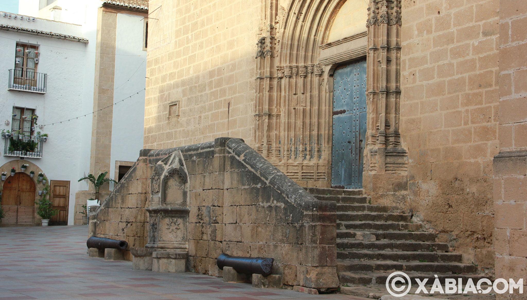 Vista lateral de la fuente al pie de la Iglesia de San Bartolomé de Jávea