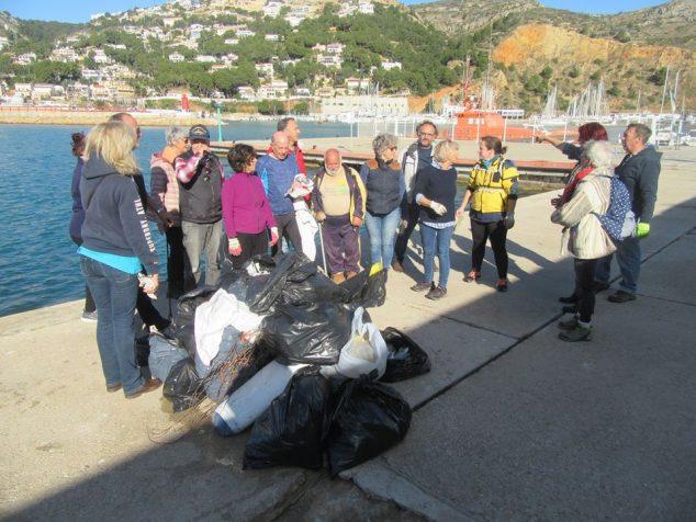 Imagen: Voluntarios junto a la gran cantidad de desechos recogidos