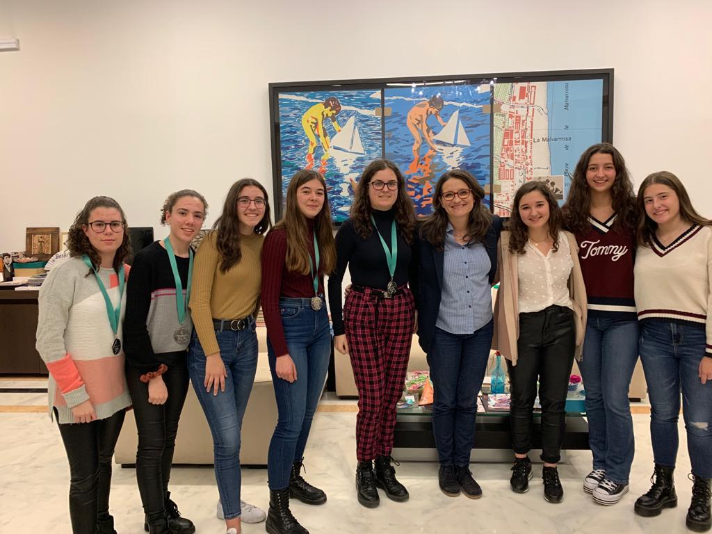 Alumnas del María Inmaculada en la recepción con Mónica Oltra