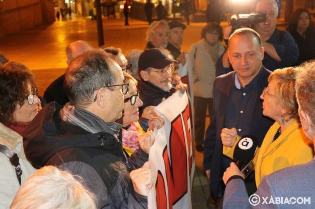 Imagen: Ana Barceló conversando con los manifestantes