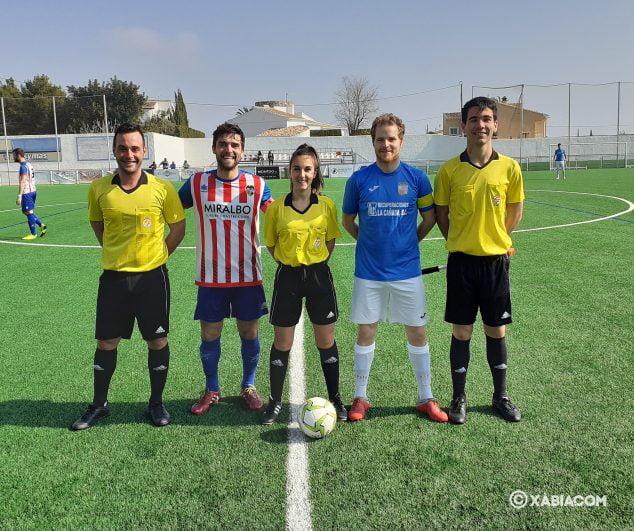 Bild: Schiedsrichter und Kapitäne im Match CD Jávea-CD Llosa