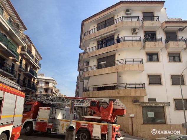 Imatge: bombers accedeix a l'interior de l'habitatge