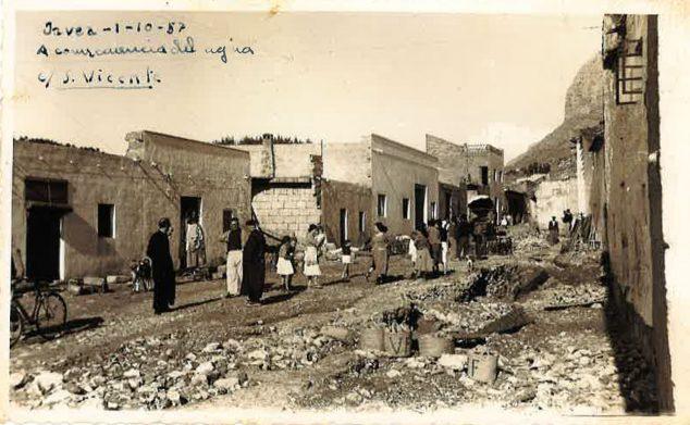 Imagen: La calle San Vicente de Jávea tras las riadas de 1957 (Foto: Rosa Vallés)