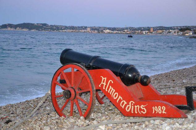Imatge: Canó de la Filà Almoradins en l'acte de l'desembarcament moro