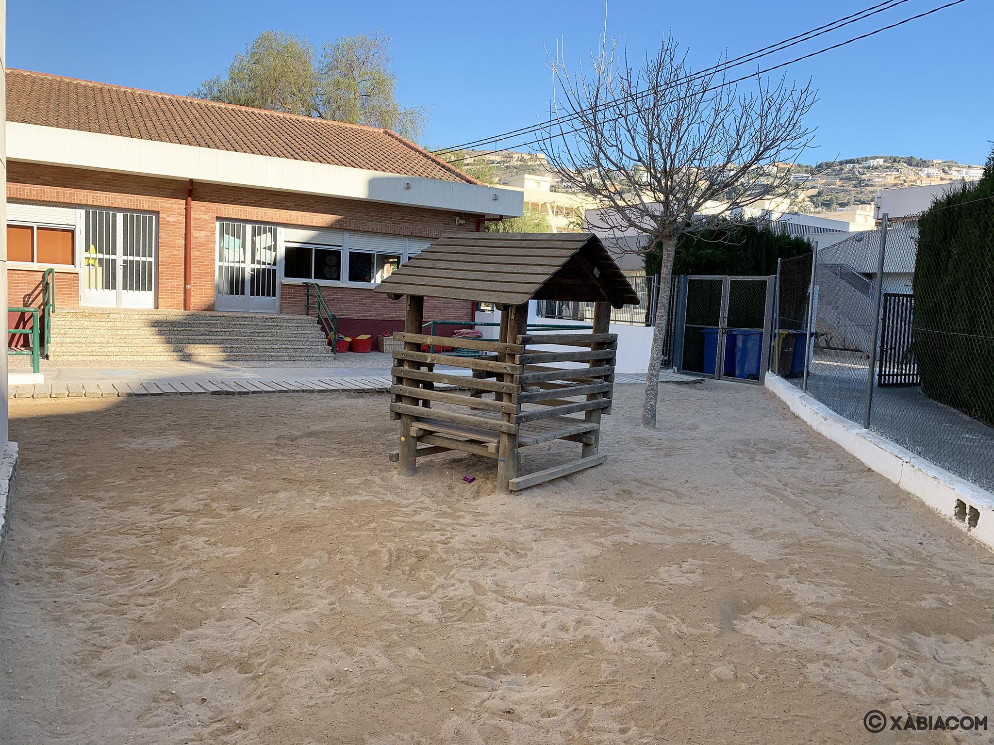 Elementos de juego en el patio del CEIP Port de Xàbia