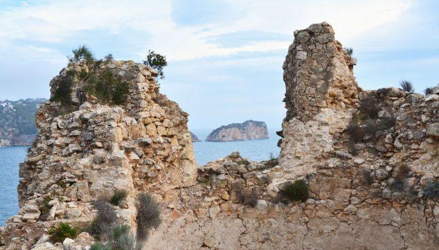 Imagen: Vista de la Isla del Descubridor a través de uno de los muros del Castell de la Granadella (Fuente: Wikimedia Commons)