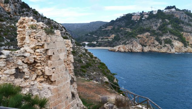 Imagen: Castell y cala de la Granadella (Fuente: Wikimedia Commons)