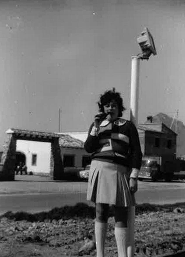 Imagen: Chica delante de la puerta del Club de Tenis (Foto: Ana María Bisquert Martínez)