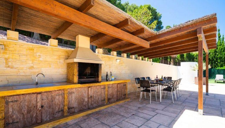 Cocina exterior en una villa de alto standing en venta en Jávea - Terramar Costa Blanca