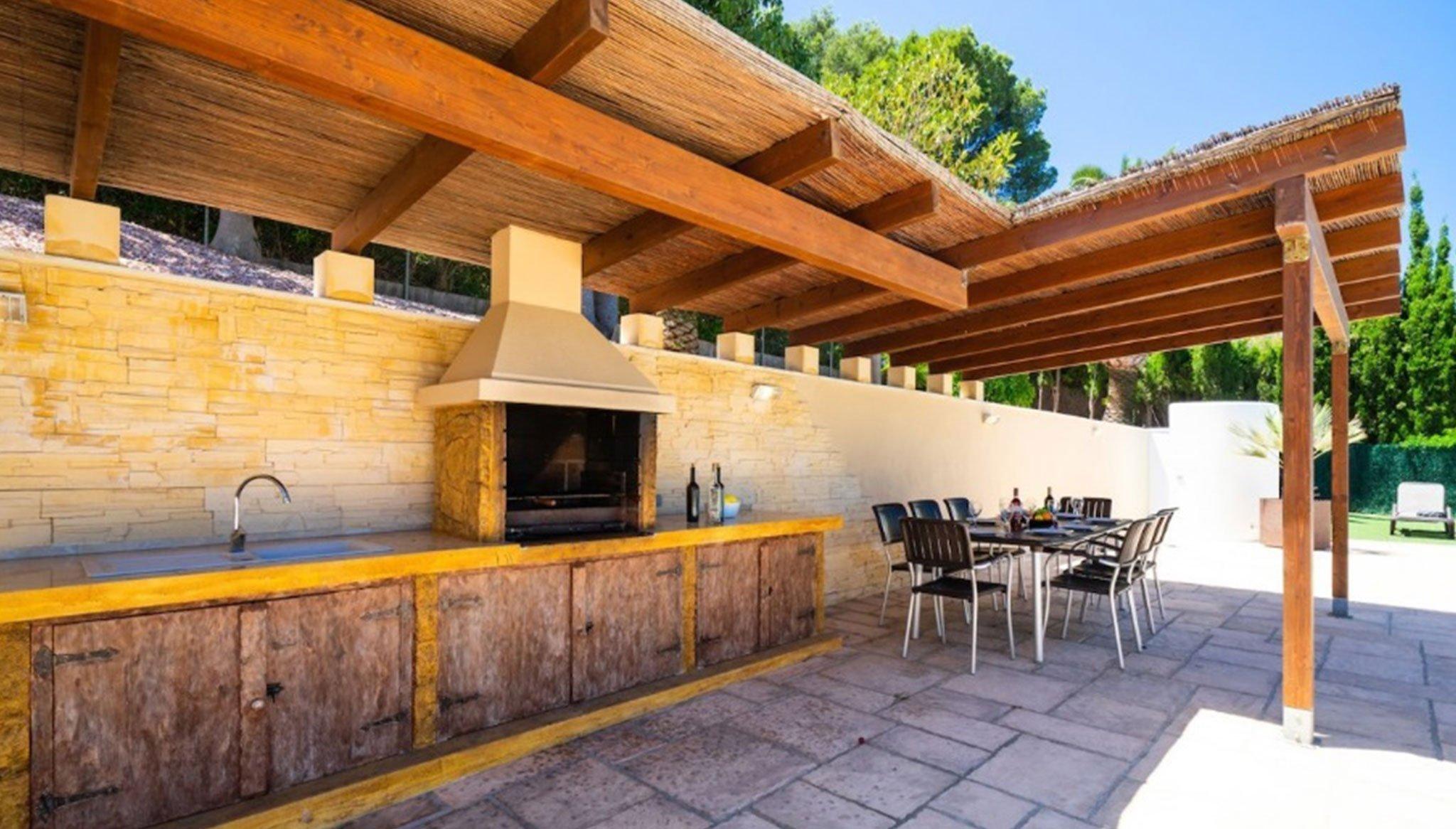 Cocina exterior en una villa de alto standing en venta en Jávea – Terramar Costa Blanca