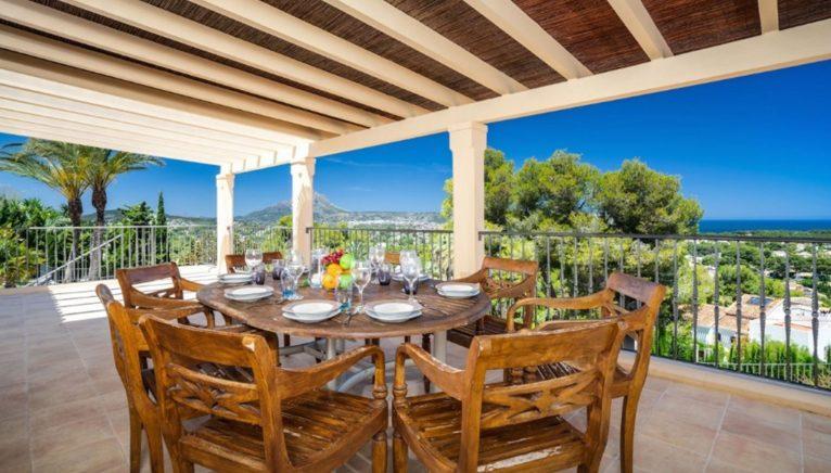 Comedor exterior con vistas en una villa de alto standing en venta en Jávea - Terramar Costa Blanca