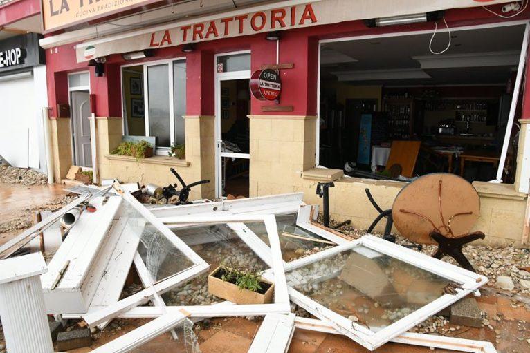 Destrozos en un restaurante del puerto de Xàbia