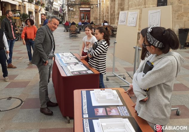 Imagen: El alcalde de Xàbia observa las maquetas del proyecto del Central Cinema del colegio Vicente Tena