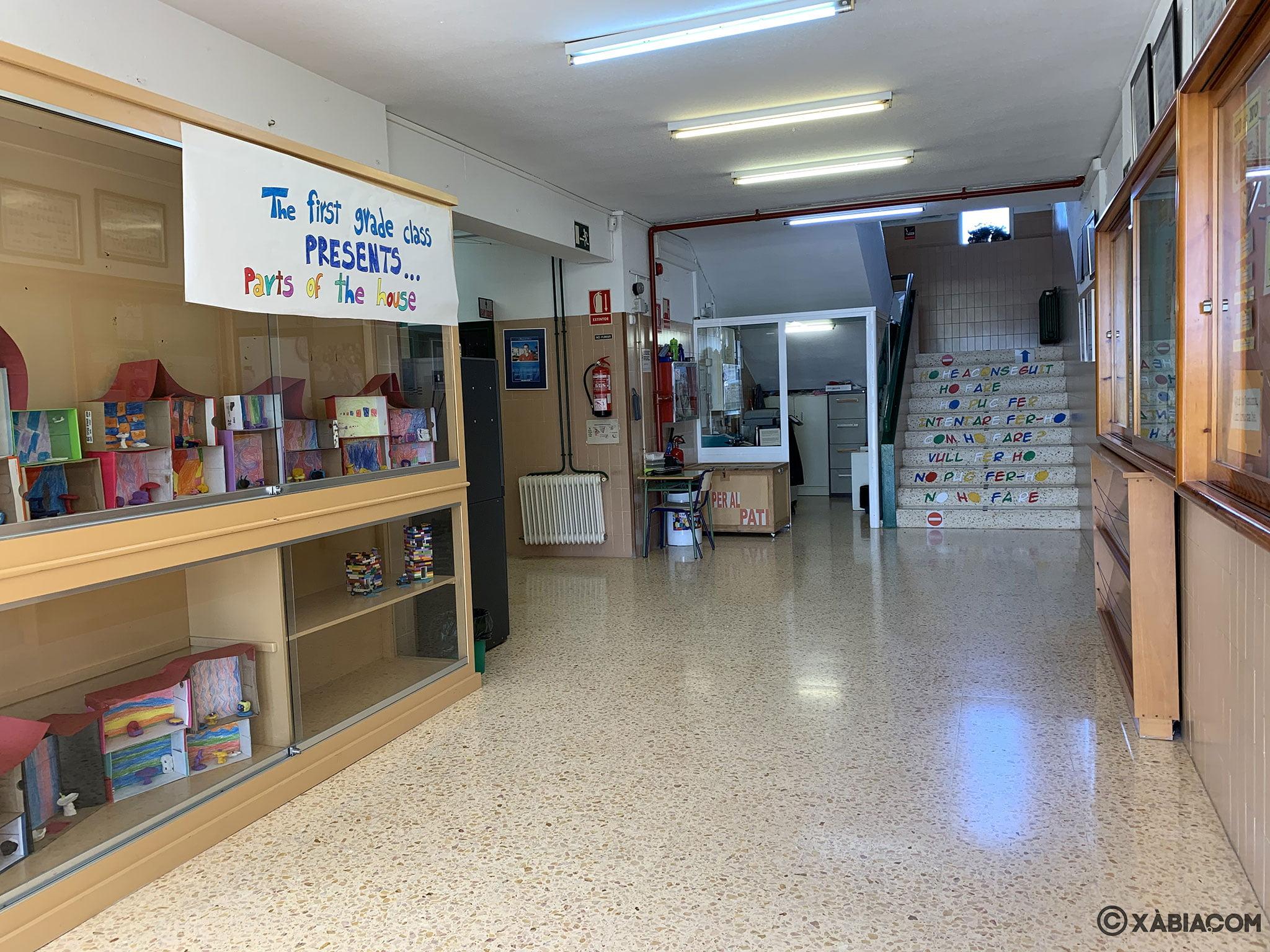 Hall de entrada al CEIP Trenc d'Alba de Xàbia