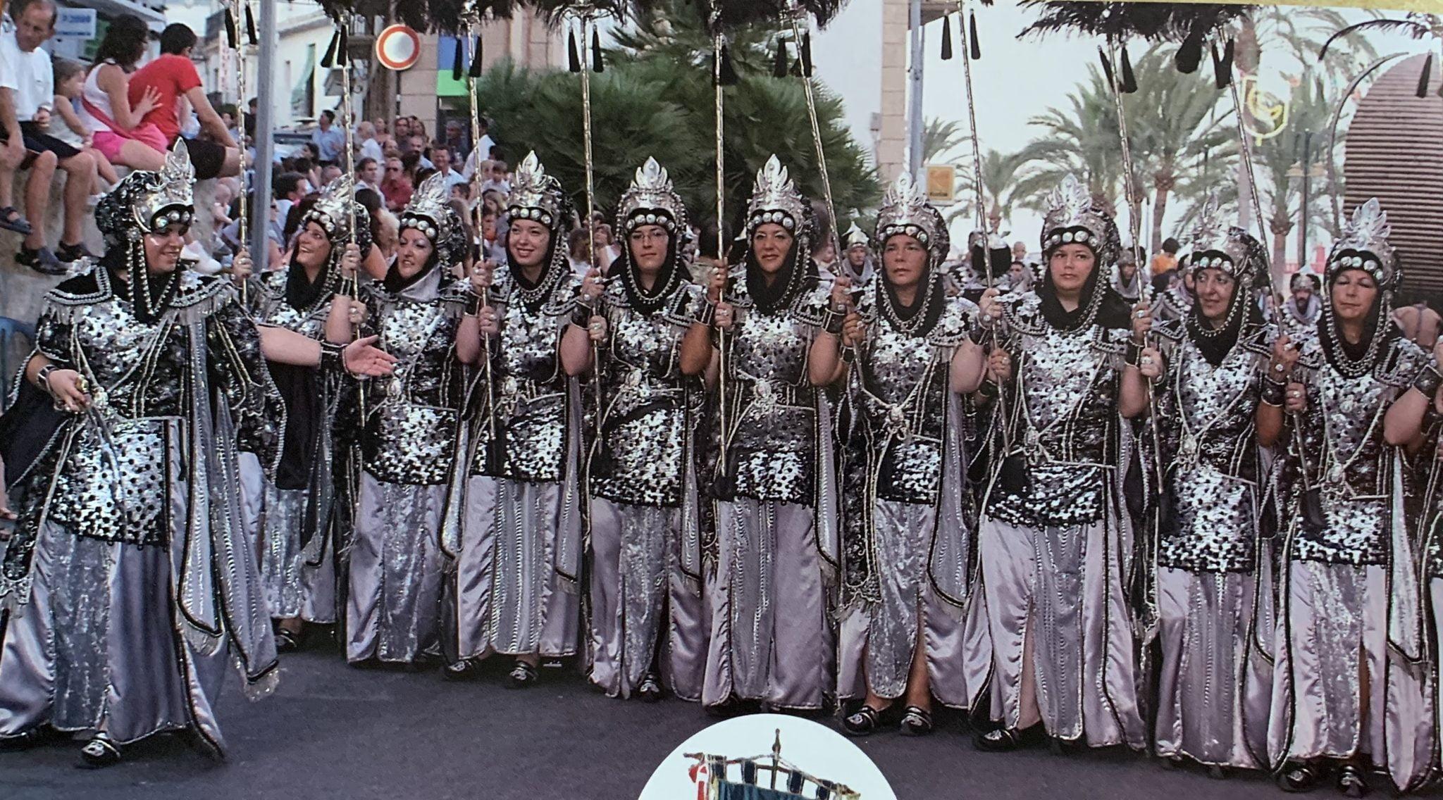 Escuadra de mujeres de la Filà Almoradins  en la capitanía 2007