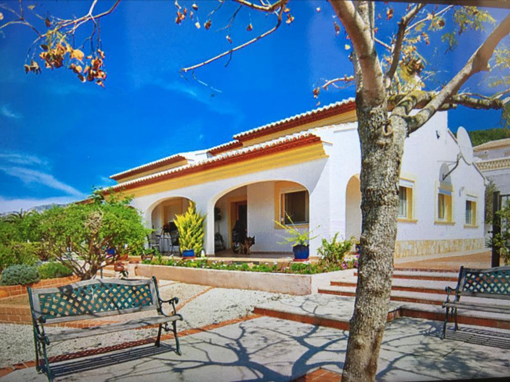 Fachada y elementos exteriores de un chalet en venta – Atina Inmobiliaria