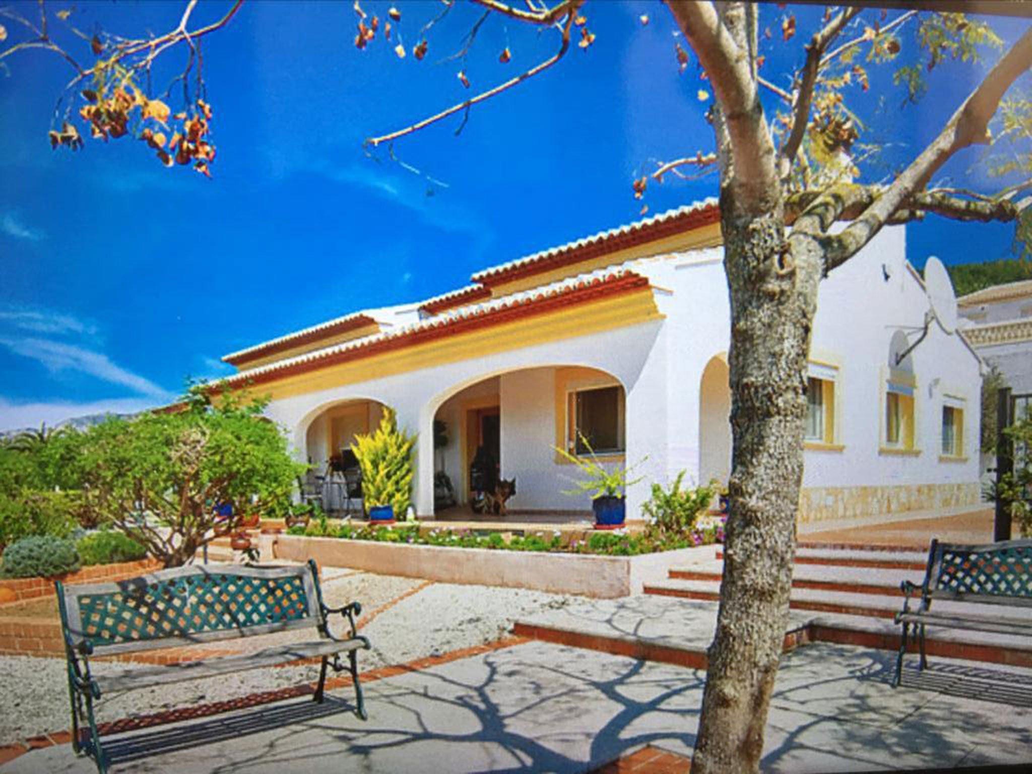 Fachada y elementos exteriores de un chalet en venta en Jávea – Atina Inmobiliaria
