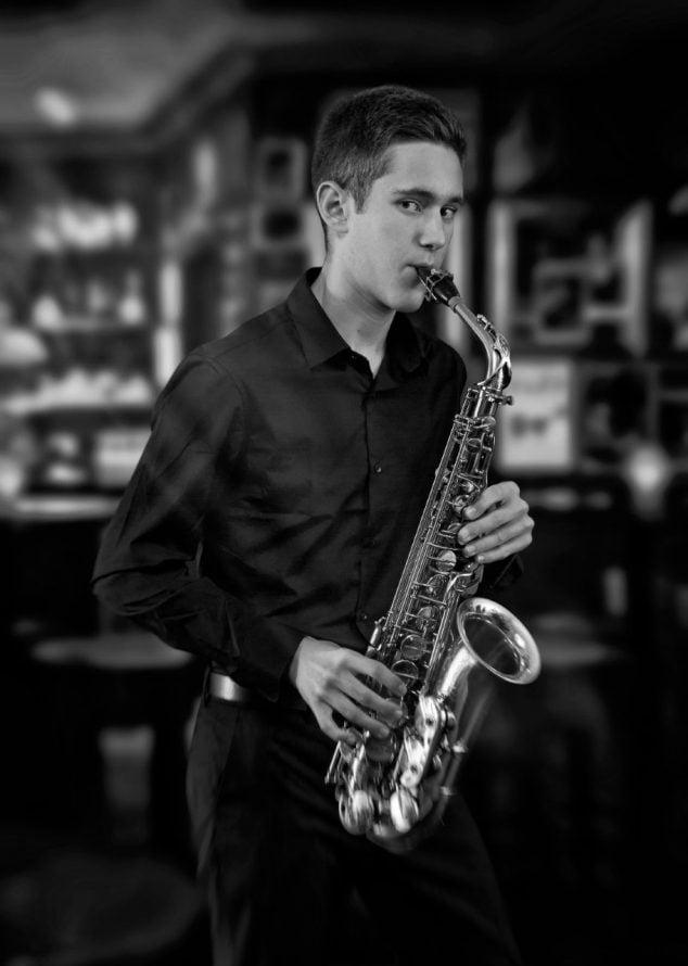 Imagen: Adam Martí con el saxofón