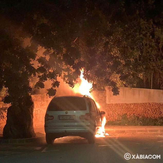 Imatge: Incendi d'un vehicle al Port de Xàbia
