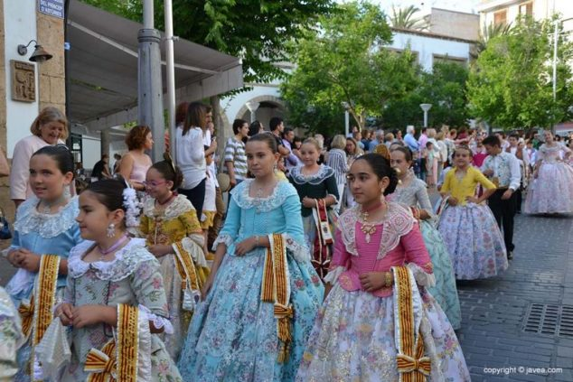 Imatge: Joves festeres dels Fogueres de Sant Joan a una cercavila