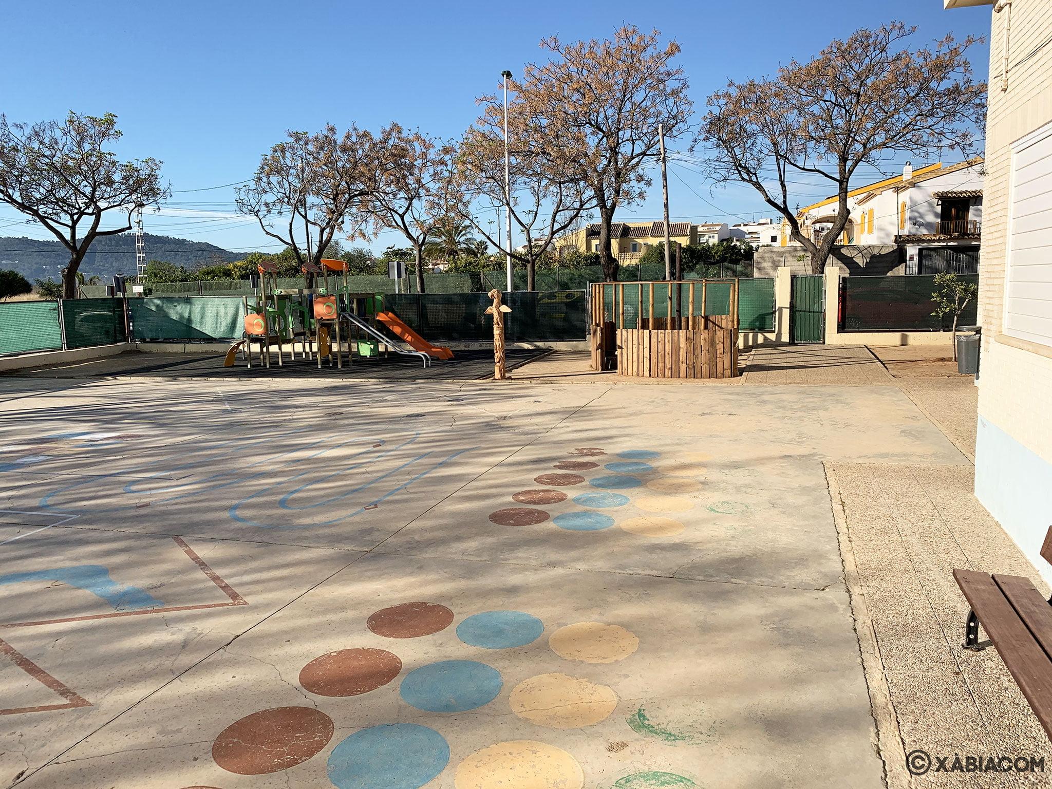 Zona de juegos en el patio del CEIP Trenc d'Alba de Xàbia