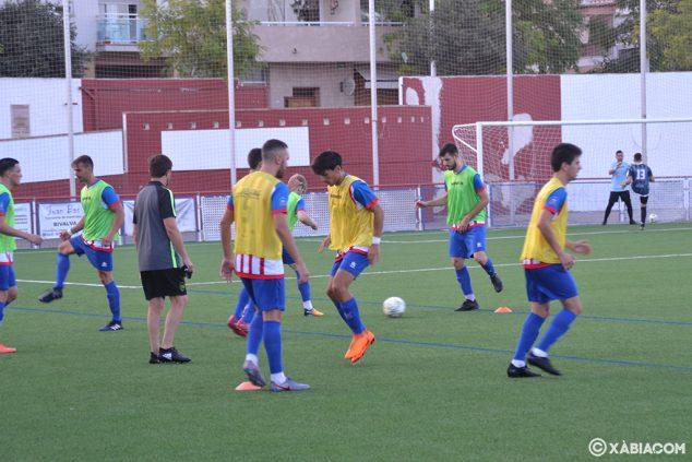 Imagen: Jugadores del CD Jávea calentando
