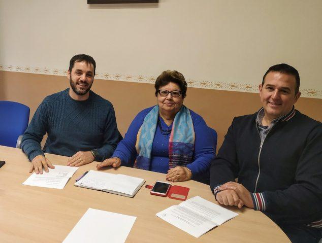 Imagem: O prefeito Leonor Jiménez, com o presidente da Macma, José Ramiro, e o gerente, Jovi Lozano
