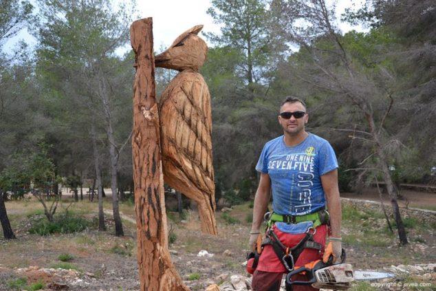 Imagen: Miguel Ángel Miguel junto a la primera escultura que creó en el Parque Pinosol