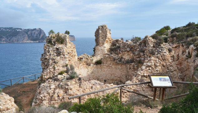 Imagen: El Castell de la Granadella con el mar al fondo (Fuente: Wikimedia Commons)