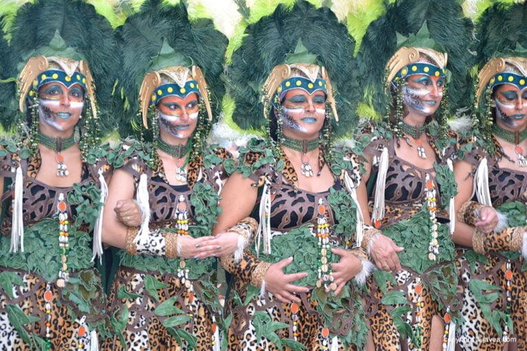 Parte de la escuadra de la Filà Xibia en el desfile de gala