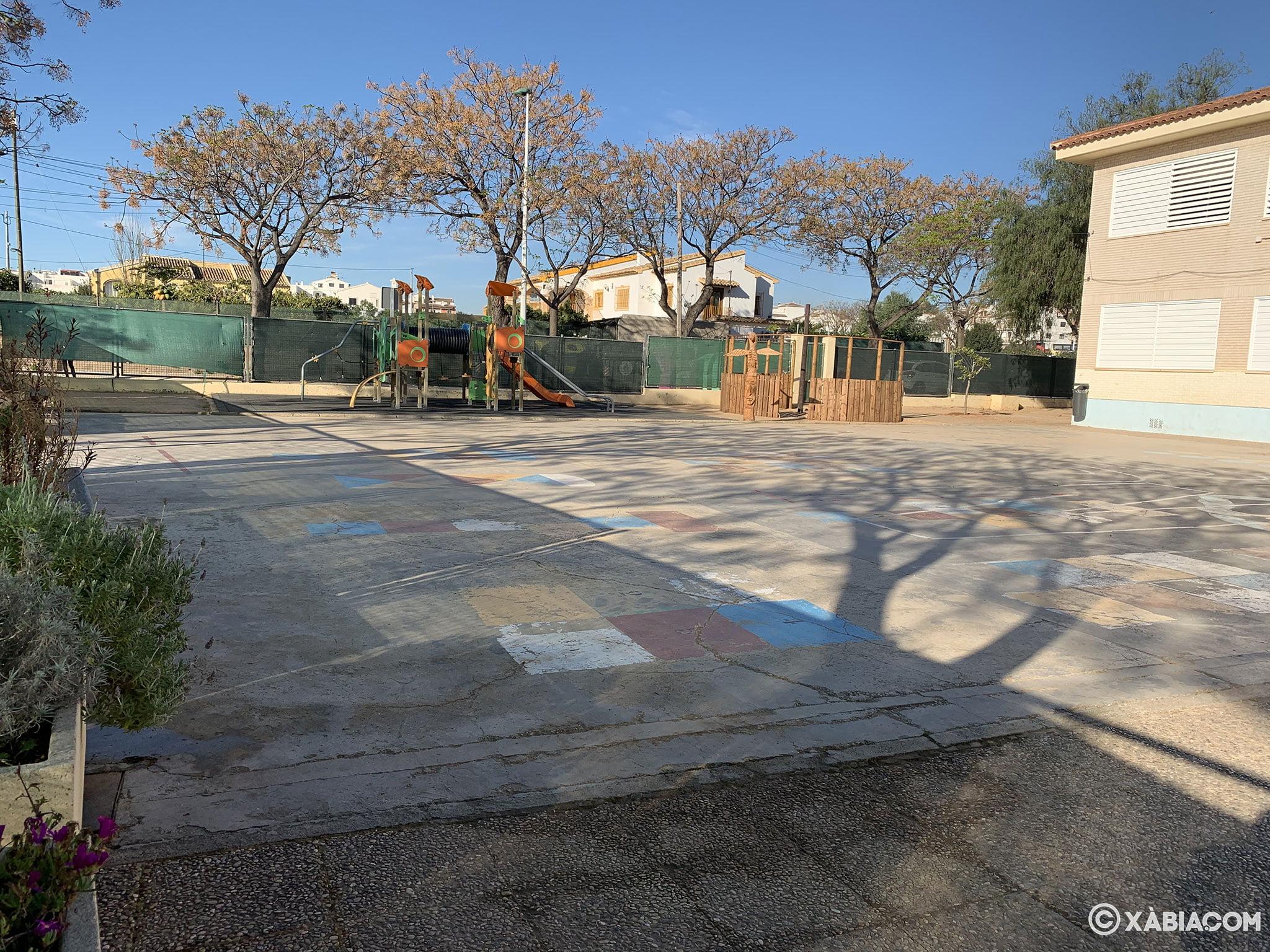 Patio con zona de juegos del Colegio Trenc D'Alba de Jávea