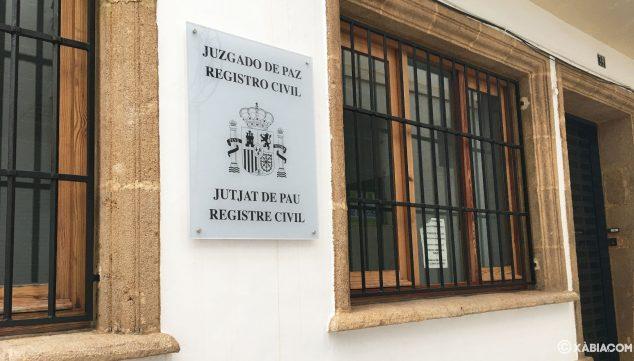 Imagen: Placa en el edificio del Registro Civil de Jávea, compartido con el Juzgado de Paz
