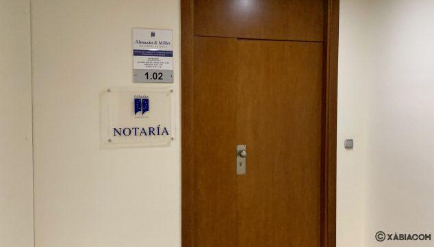 Imagen: Puerta de la notaría Almazán & Millet