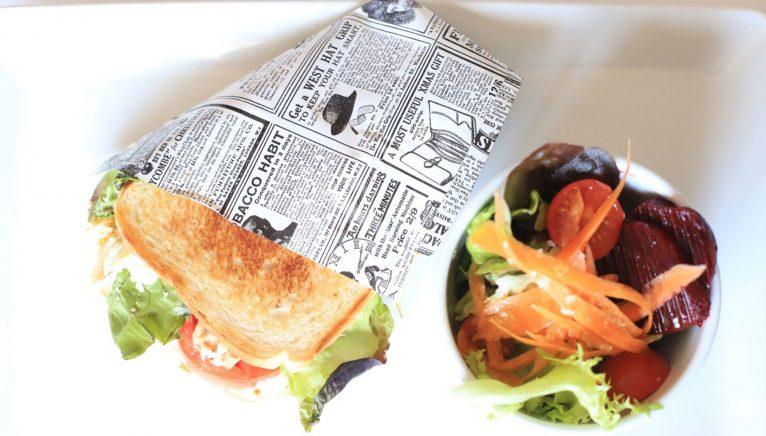 Sandwich y ensalada, y todo tipo de picoteos muy elaborados - Restaurant Noguera