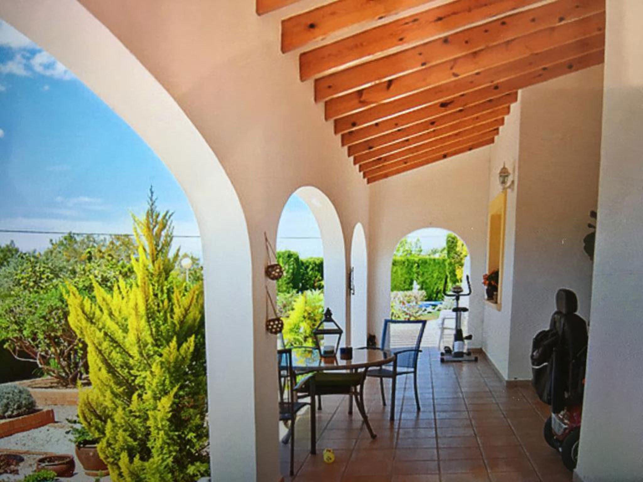 Terraza cubierta en un chalet en venta en Jávea – Atina Inmobiliaria